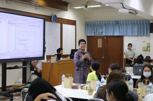 รศ.ดร.ดรุณี โชติษฐยางกูร คณบดีคณะเกษตรศาสตร์ กล่าวต้อนรับและพบปะ พูดคุยกับผู้ปฏิบัติงาน